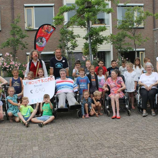 Houtkoperschool en Elim presenteren de cheque